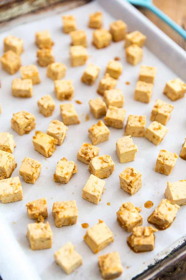 """Susun tahu yang dipotong dadu di atas loyang dalam satu lapis """"clas s = """"wp-image-3436700215"""" title = """"Tahu Panggang"""" srcset = """"https://thehealthyfoodie.com/wp-content/uploads/2020/05/Easy-Oven-Baked-Tofu-3.jpg 640w, https : //thehealthyfoodie.com/wp-content/uploads/2020/05/Easy-Oven-Baked-Tofu-3-300x450.jpg 300w, https://thehealthyfoodie.com/wp-content/uploads/2020/05/ Easy-Oven-Baked-Tofu-3-196x294.jpg 196w, https://thehealthyfoodie.com/wp-content/uploads/2020/05/Easy-Oven-Baked-Tofu-3-392x588.jpg 392w, https: //thehealthyfoodie.com/wp-content/uploads/2020/05/Easy-Oven-Baked-Tofu-3-294x441.jpg 294w, https://thehealthyfoodie.com/wp-content/uploads/2020/05/Easy -Oven-Baked-Tofu-3-588x882.jpg 588w """"size ="""" (max-width: 640px) 100vw, 640px"""